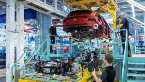 L'assemblage dans l'usine Daimler de Brême - source : daimler.com/products/passenger-cars/mercedes-benz/production-eqc.html